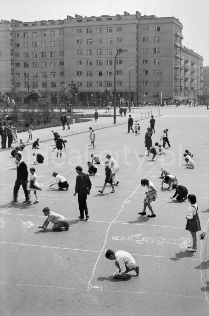 Konkurs rysunków na asfalcie podczas Dni Sportu i Młodości, aleja Przyjaźni Polsko-Radzieckiej (obecnie aleja Przyjaźni), w tle budynek mieszkalny na osiedlu Hutniczym (dawniej A-33), maj 1963.   fot. Henryk Makarewicz/idealcity.pl