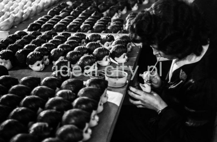 Krakowska Fabryka Lalek, lata 60. XXw.  fot. Henryk Makarewicz/idealcity.pl
