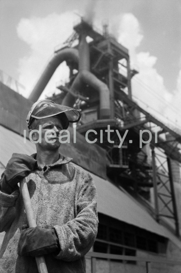 Kombinat metalurgiczny im. Lenina, hutnik przed Wielkim Piecem, lata 60.  fot. Henryk Makarewicz/idealcity.pl
