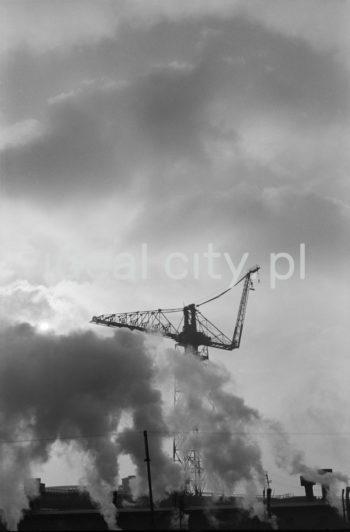 Kombinat metalurgiczny im. Lenina, dźwig przy jednym z wydziałów produkcyjnych, lata 60. XXw.  fot. Henryk Makarewicz/idealcity.pl