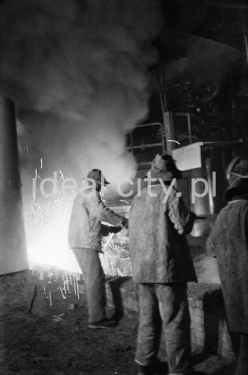 Kombinat metalurgiczny im. Lenina, wielki Piec, hala lejnicza, przebijanie otworu spustowego w wielkim piecu, lata 60.  fot. Henryk Makarewicz/idealcity.pl