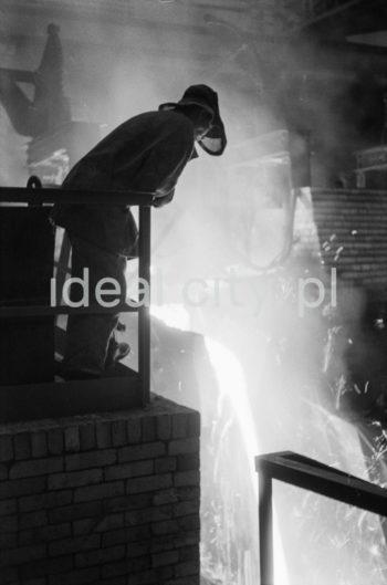 Kombinat metalurgiczny im. Lenina, wielki Piec, hala lejnicza, wlewanie surówki do kadzi surówkowej, lata 60.  fot. Henryk Makarewicz/idealcity.pl