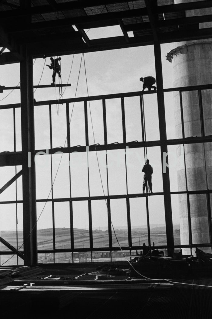 Kombinat metalurgiczny im. Lenina, montaż stalowych elementów nośnych ścian w jednej z hal produkcyjnych huty, lata 60. XXw.  fot. Henryk Makarewicz/idealcity.pl