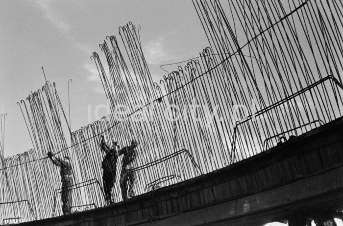 Kombinat metalurgiczny im. Lenina, montaż zbrojenia na jednym z obiektów przemysłowych przy chłodni kominowej w rejonie Siłowni, lata 60. XXw.  fot. Henryk Makarewicz/idealcity.pl
