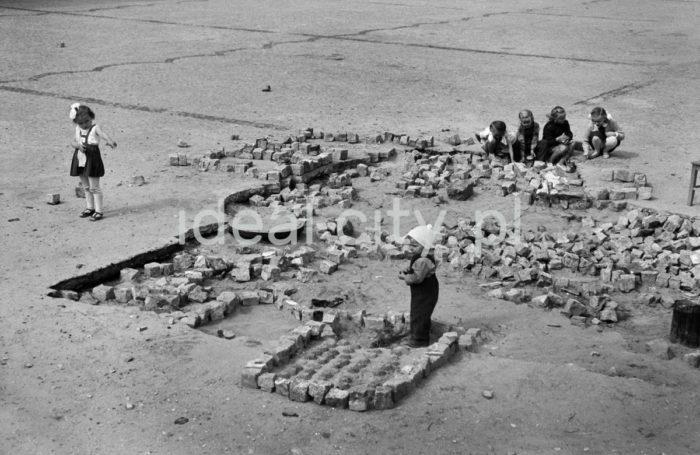 Children at play, Post Office Square in Nowa Huta. 1950s.  Zabawy dziecięce, Plac Pocztowy w Nowej Hucie. Lata 50. XX w.  Photo by Wiktor Pental/idealcity.pl