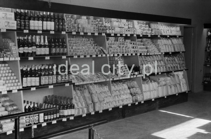 Wnętrze pierwszego sklepu samoobsługowego w Nowej Hucie, otwartego w roku 1963 na os. Kolorowym. Wcześniej na terenie Nowej Huty, działało jedynie kilka małych sklepów zaopatrujących niewielką ilość mieszkańców.    fot. Henryk Makarewicz/idealcity.pl