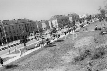 """Widok od strony osiedla A-Z Zachód (Ogrodowe) w kierunku domów mieszkalnych na osiedlu  A-0, A-Południe (Na Skarpie). Na zakończeniu pierzei widoczny budynek kina """"Światowid"""" (obecnie Centrum E), zaprojektowany przez architektów Andrzeja Uniejewskiego i budowany w latach 1955-1957. Dużą salę oddano do użytku 21 lipca, małą 10 grudnia 1957 roku. Architekturę wnętrz oraz meble zaprojektowała Irena Pać-Zaleśna. Gmach na rzucie kwadratu jest podpiwniczony i dwukondygnacyjny. Posiada dodatkową trzecią pseudo-kondygnację, która wpisana jest w obręb bryły budynku, stąd z zewnątrz nie jest ona widoczna. Wnętrze zaprojektowane zostało na wzór pałacowy – obszerne schody z hallu dolnego prowadzą do górnego foyer. Dolną dużą salę przykryto kolistym sklepieniem na planie podkowy, wspartym na kolumnach i filarach; została również wyposażona w balkon dostępny z górnego foyer. W części podziemnej budynku znajdują się piwnice oraz – zgodnie z obowiązującymi wówczas przepisami – duży schron,  II połowa lat 50.  fot. Wiktor Pental/idealcity.pl"""