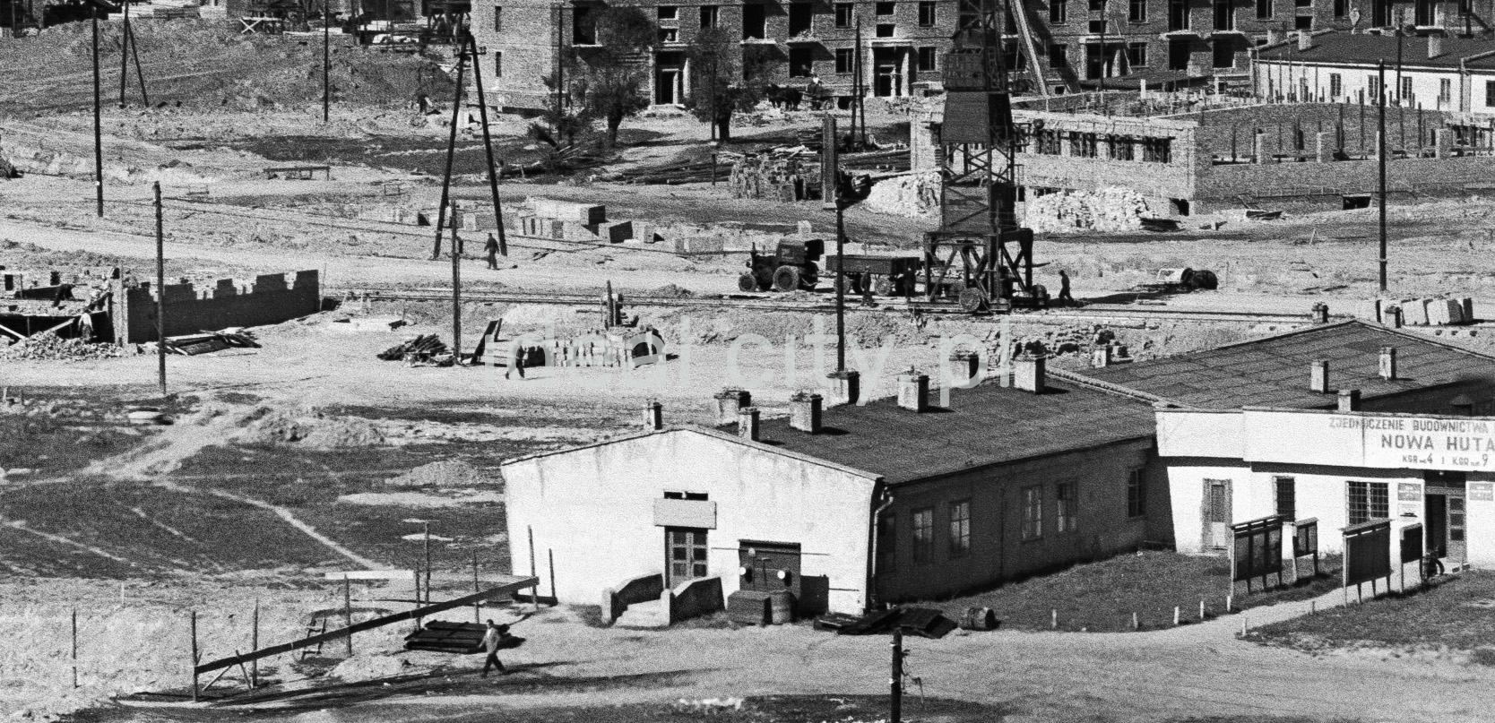 Widok z góry na baraki biurowe ulokowane na obszernym placu.