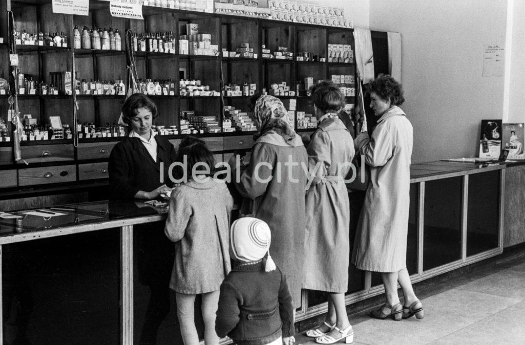 Kobiety przy ladzie sklepowej.