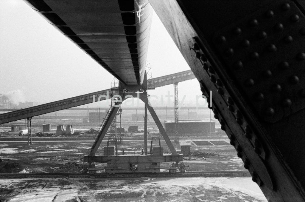 Perspektywiczne ujęcie na zawieszone w górze konstrukcje fabryczne.