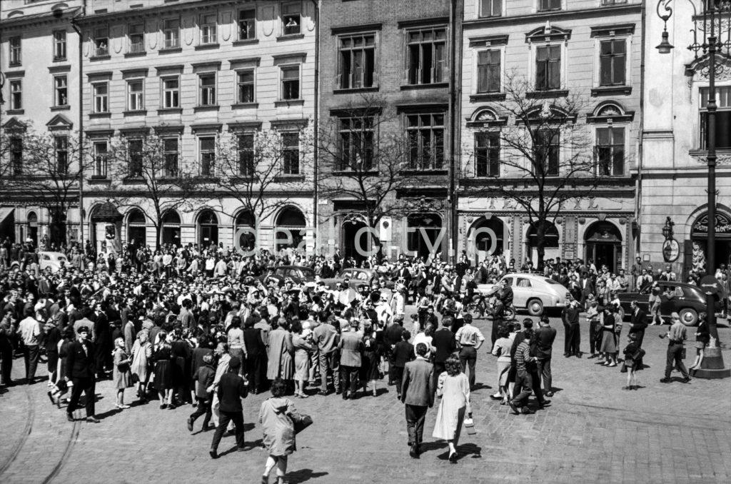 Tłum ludzi na placu miejskim.