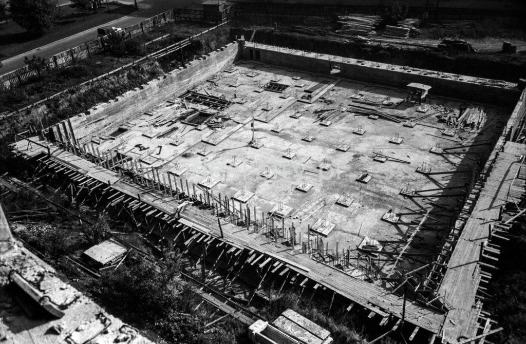 Ujęcie z góry na zbrojone fundamenty budynku o podstawie kwadratu.