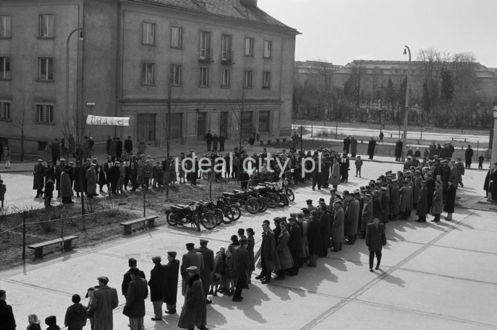 Ujęcie z góry na tłum zgromadzony przy motocyklach.
