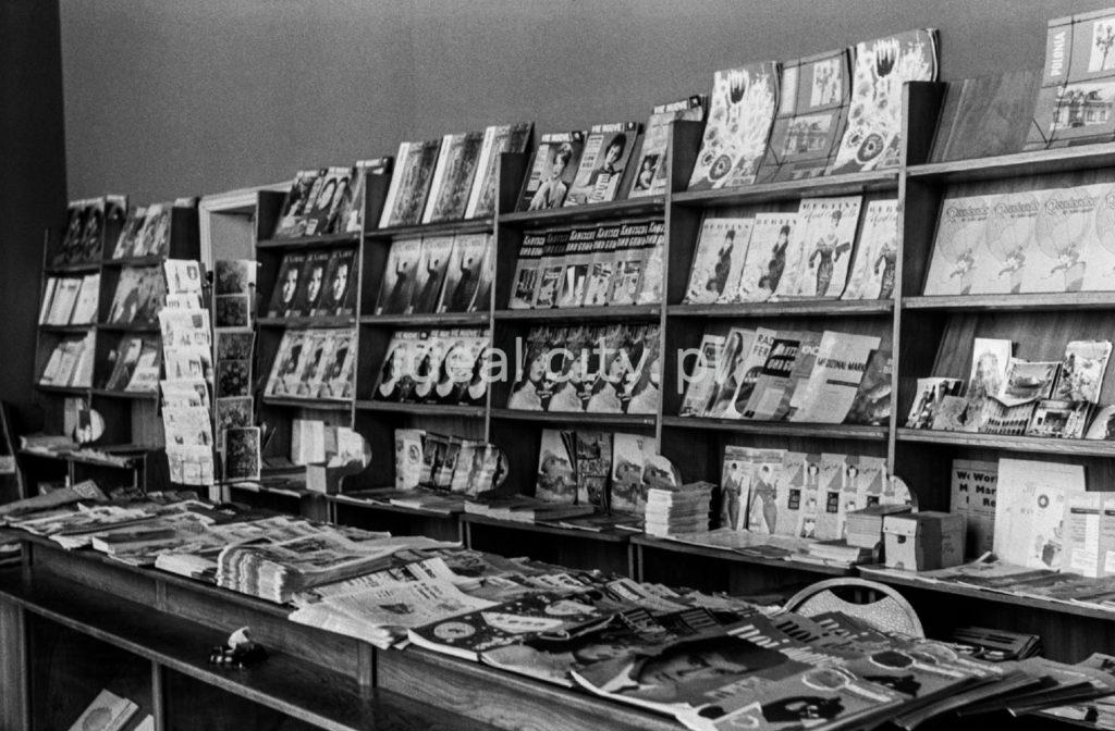 Gazety i czasopisma wystawione do sprzedaży na półkach i ladzie.