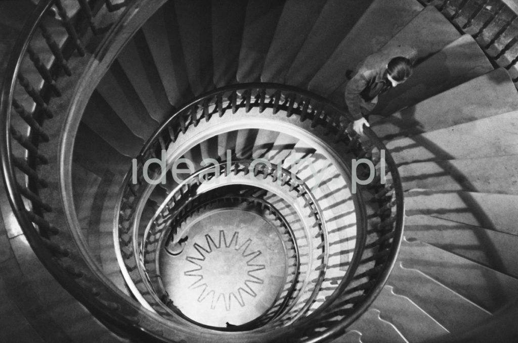 Ujęcie z góry na spiralną klatkę schodową.