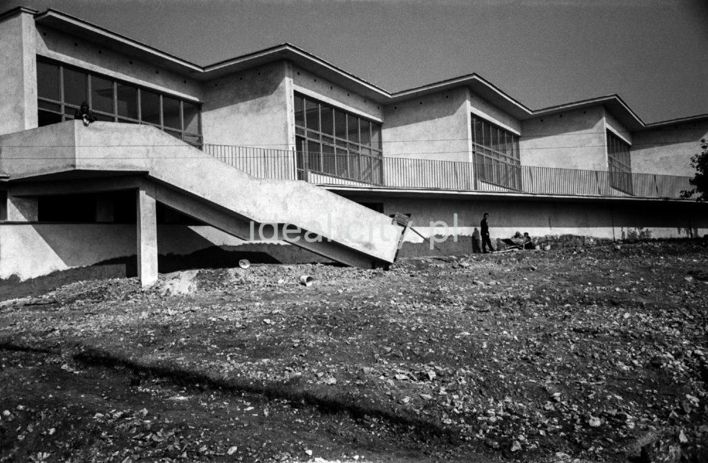 Ciąg nowo ukończonych modernistycznych pawilonów.